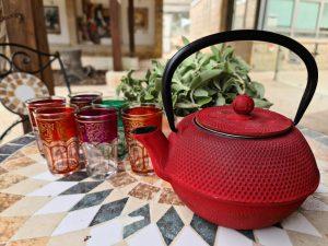 קנקן תה אדום וכוסות בציפורי